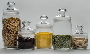 Расфасуйте сыпучие продукты по стеклянным банкам